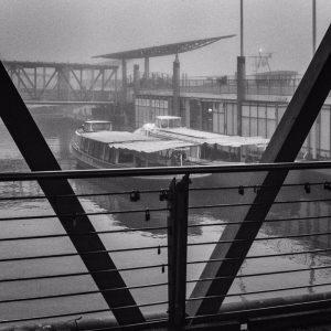 Heute fahren Touristen zur Hafenrundfahrt von den Landungsbrücken ab