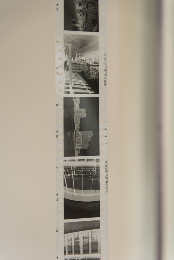 Entwickelter Schwarzweissfilm Rollei Retro 80S beim Trocknen