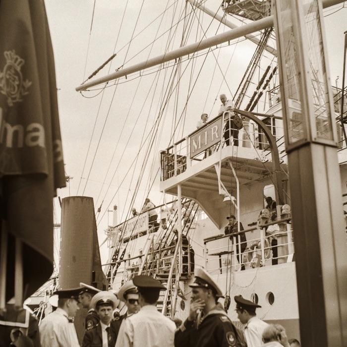 Das Segelschiff MIR im Hamburger Hafen. Analoge Aufnahme in schwarzweiß.