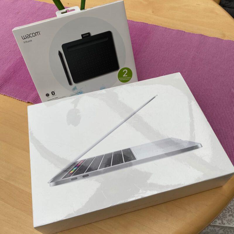 MacBook Pro und Grafiktablett noch frisch verpackt
